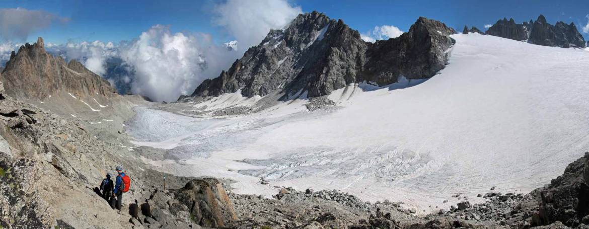 Photo of the Orny glacier, and people hiking in Switzerland between the Cabane d'Orny and Cabane du Trient